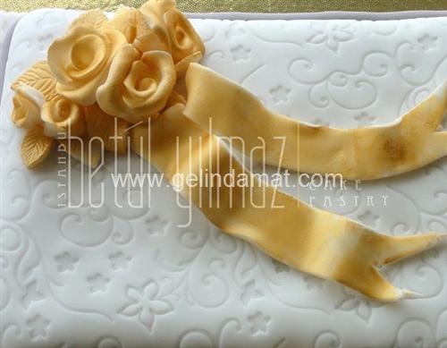 beyaz desenli düğün pastası