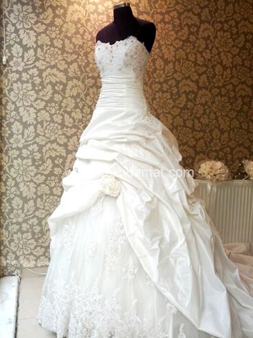 Paris Moda Evi-drapeli ve taşlı gelinlik modeli